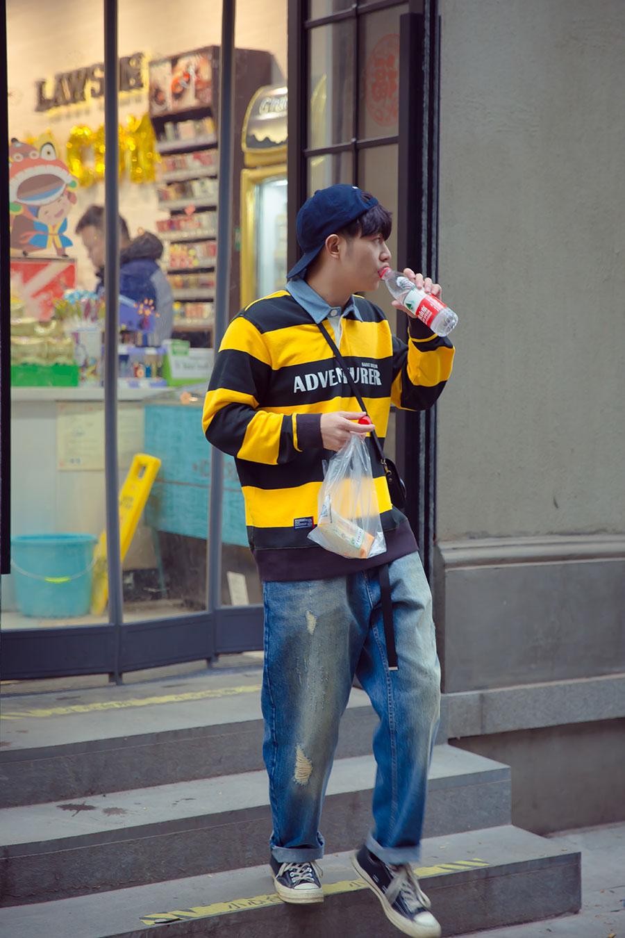 日系风格早春城市男孩